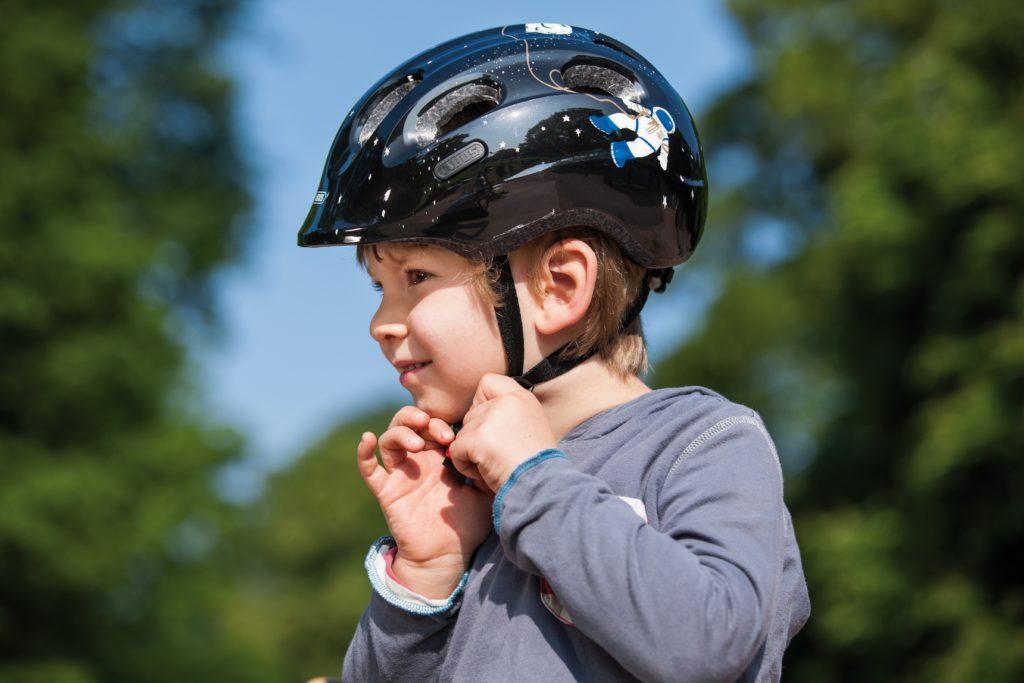 Beim Kinderhelm sorgt das integrierte Visier für zusätzlichen Schutz bei Stürzen nach vorne. Bild: www.abus.de | pd-f
