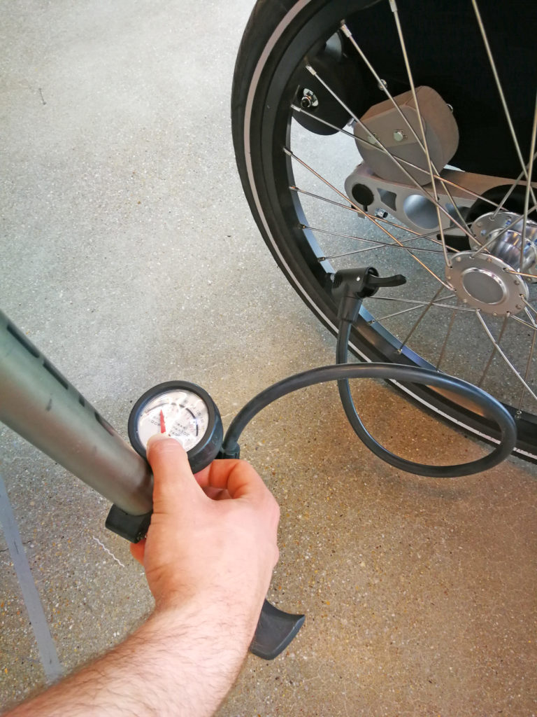 Luftdruck prüfen, Bild: www.croozer.de | pd-f