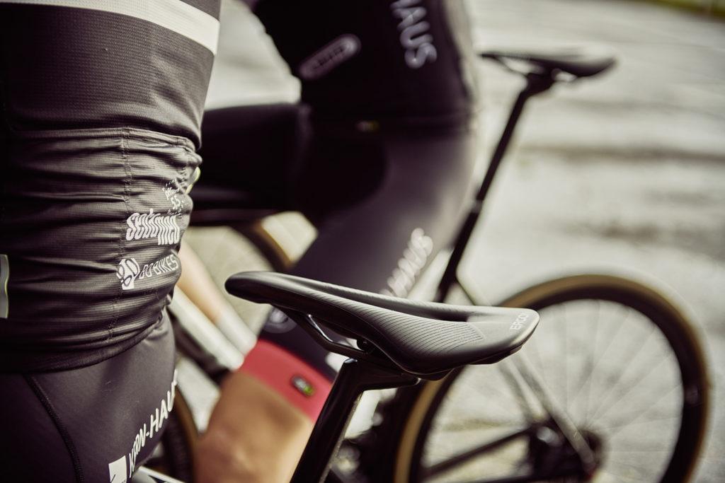 Sattelaussparungen vermindern Druckschmerzen in besonders empfindlichen Bereichen. Den engen Kontakt zwischen Podex und Fahrrad sollen sie nicht verhindern. Quelle: www.ergonbike.com | pd-f