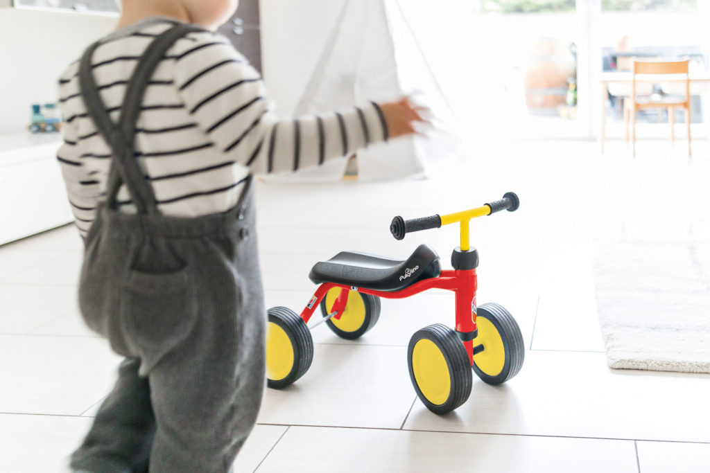 Dieses Kinderfahrzeug belässt die Beine der Kleinen beim Fahren in einer natürlicheren Haltung als die verbreiteten Rutschautos. Quelle/Source [´www.puky.de | pd-f´]