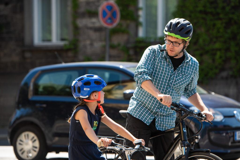 Bei den Radfahranfängen im Straßenverkehr ist die Kommunikation zwischen Eltern und Kind enorm wichtig. Quelle/Source [´www.pd-f.de / Luka Gorjup´]