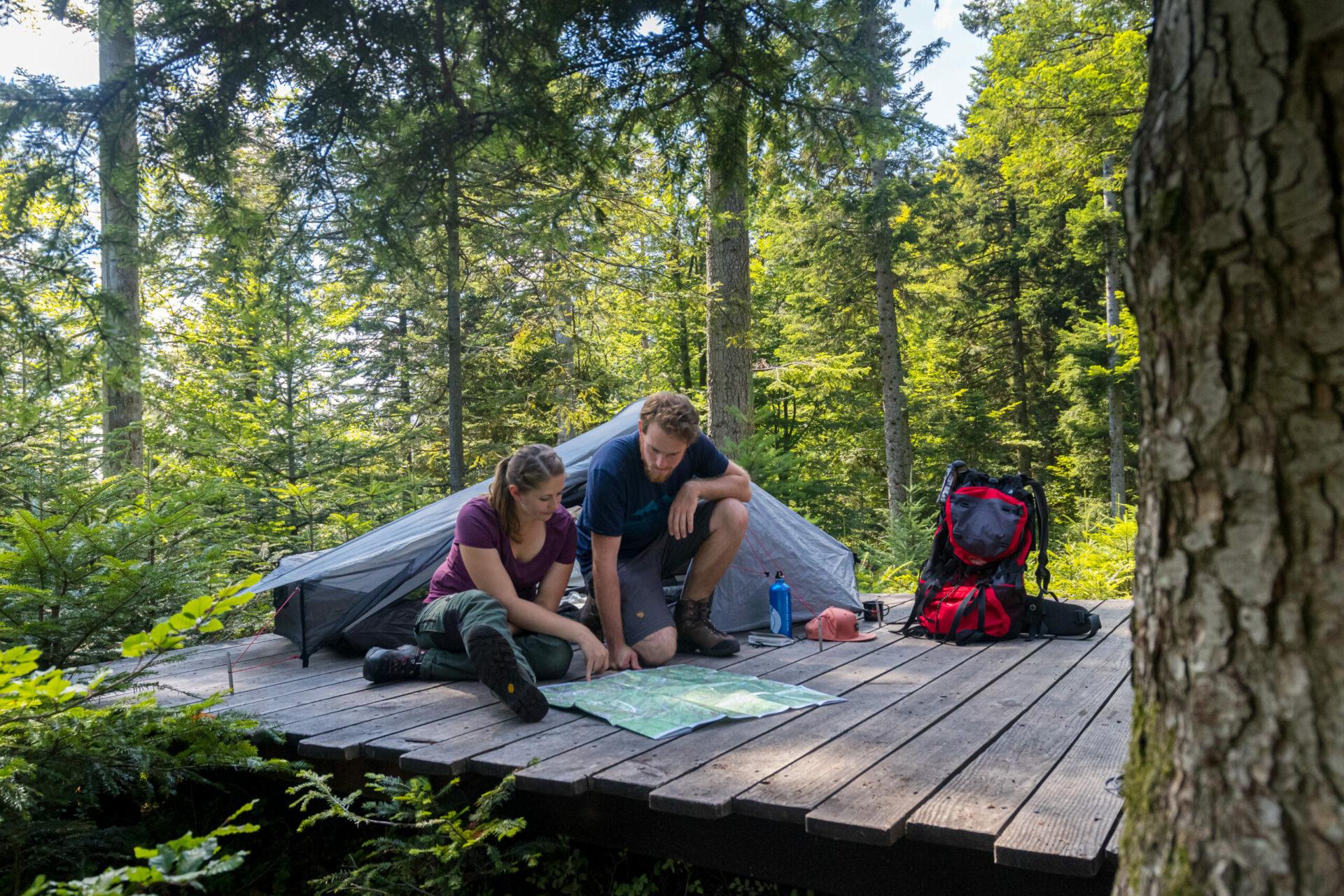 Beim Trekking im Schwarzwald dürfen naturverbundene Wanderer ihr Zelt ganz legal mitten im Wald aufschlagen. Foto: Sebastian Schröder-Esch