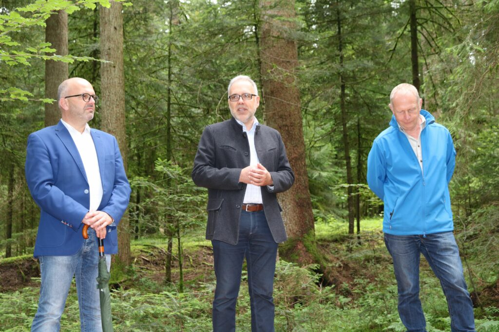 Christoph Enderle, Bürgermeister von Loßburg, Dr. Klaus Michael Rückert, Landrat des Landkreises Freudenstadt, und Karl-Heinz Dunker, Geschäftsführer des Naturparks Schwarzwald Mitte/Nord (v. l.), weihten das neue Trekking-Camp gemeinsam ein. Foto: Naturpark Schwarzwald Mitte/Nord